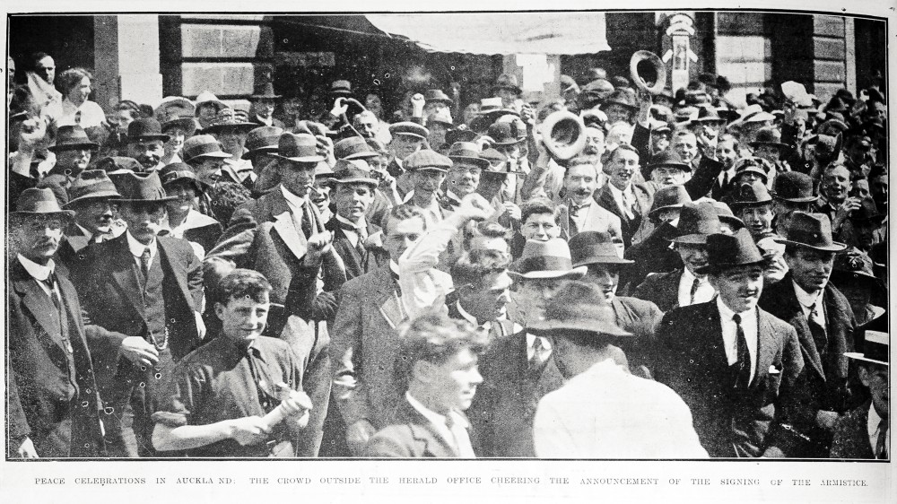 Peace celebrations in Auckland: the crowd outside the Herald office cheering the announcement of the singing of the Armistice. - Auckland Libraries