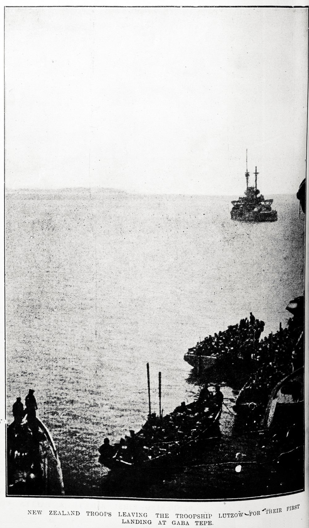 New Zealand troops leaving the troopship Lutzow for their first landing at Gaba Tepe. - Auckland Libraries