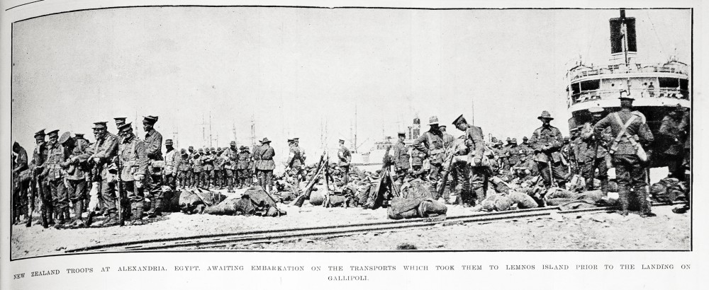 New Zealand troops at Alexandria, Egypt, awaiting embarkation on the transports which took them to Lemnos Island prior to the landing on Gallipoli. - Auckland Libraries