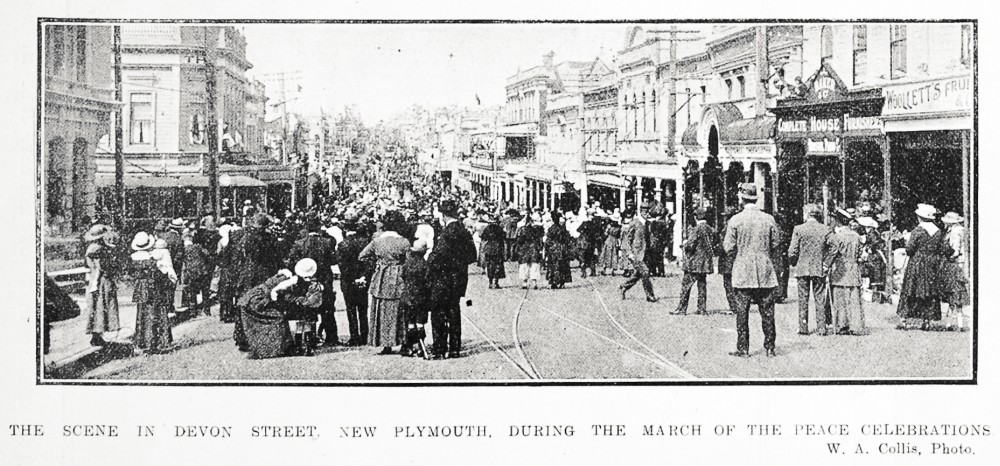 The scene in Devon Street, New Plymouth, during the march of the peace celebrations - Auckland Libraries