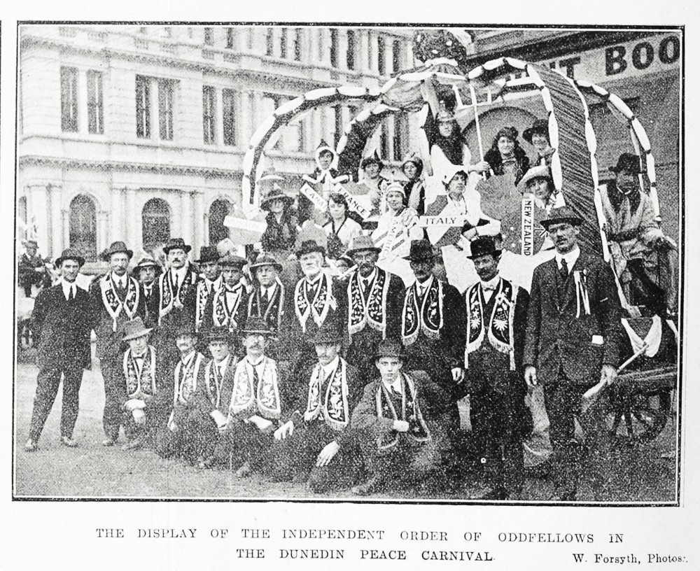 The display of the Independent Order of Oddfellows in the Dunedin peace carnival. - Auckland Libraries