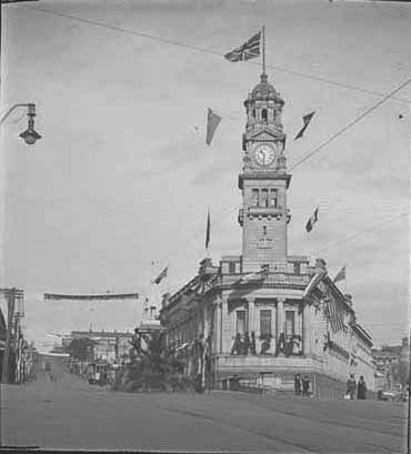 Looking from Queen Street towards the Auckland Town Hall which.... - Auckland Libraries