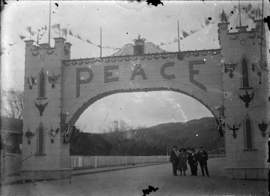 World War, 1920 peace arch, Petone. - Auckland Libraries